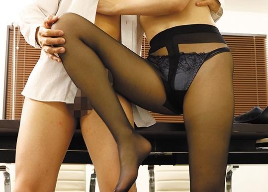 OLだらけの会社で毎日のように足コキされ着衣SEXでハメまくるの脚フェチDVD画像3