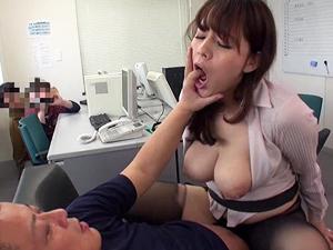 【三島奈津子】生徒の隠し撮りに気付かず職員室で不倫SEXしちゃってる巨乳教師