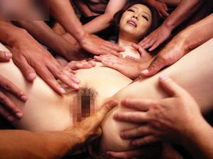 【羽田あい】大勢の男の何本ものチンポを代わる代わるフェラチオしてぶっかけSEXでイッちゃう元芸能人