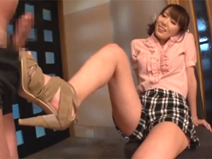 【波多野結衣】ショートパンツの美脚お姉さんの着衣のままの足コキで大量発射!
