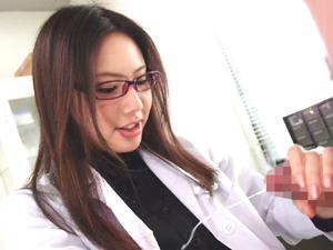 【市川まほ】内気そうな患者のチンポを足コキ手コキフェラチオで射精させるメガネのドS変態女医