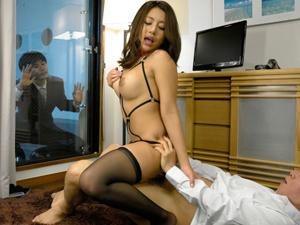 【松本メイ】夫がいない間に男を連れ込みハメまくってる巨乳妻が夫が見てても3Pセックスでイキまくってる!