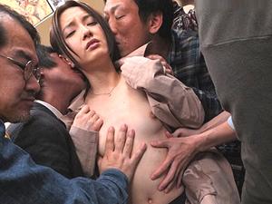 【中川美鈴】チカンされたOLが激しい指マンに声を押し殺して感じて露出したチンポを握ってしまう。