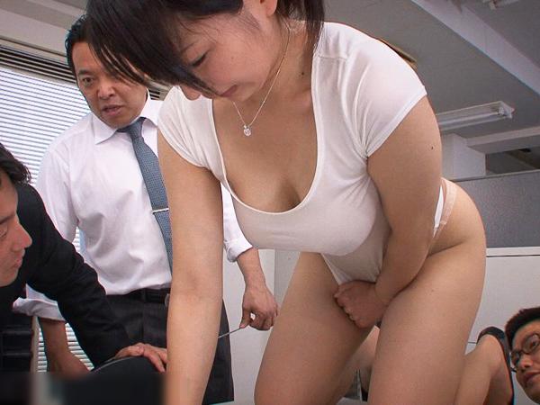 【大堀香奈】ミスしたOLがスカートを脱ぎパンストデカ尻丸出しで掃除させられてます。