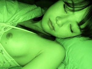 【ささき愛沙】母親の横で眠る妹に夜這いして縞パンを脱がせて強引にSEXして中出しする鬼畜兄
