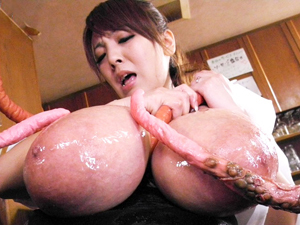 【Hitomi(田中瞳)】触手に襲われ触手でイカされ触手の虜になる超乳妻