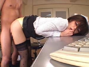 【東野愛鈴】OLの蒸れたパンツの中にチンポを突っ込んで尻コキマンコキそのまま射精!