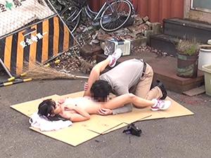 【夢咲りぼん】廃工場で女の子が敷かれた段ボールの上でマンコ責めされ小さな口でフェラチオ。生チンポをメリメリ挿入される。。