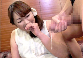熟女妻(50)に勃起したチンポを見せつけてセンズリ鑑賞させる、最後は手コキでお手伝い!?