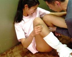 同僚の男性に告白され、それを拒否してしまった美人看護師、エレベーターで中出しレ〇プされる・・・