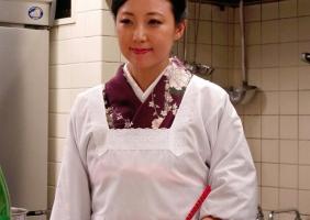 小料理屋の美人女将(40)が魅せる妖艶なカラダ・・・スローな濃密中出しセックス!!