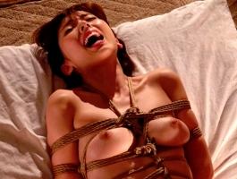 ド変態の綺麗なお姉さんが隣人の男に縄で縛られ緊縛調教される!