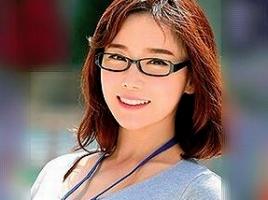 メガネをかけていて真面目そうな韓国娘が日本のAVに出演! 男優のチンポでアンアン感じまくり!!