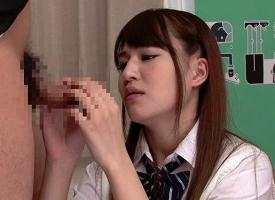 「ちょwウケるw」チンポの皮で遊ぶクラスメイトの女子校生にいじられすぎて、フル勃起してしまった結果!