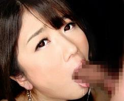 綺麗なお姉さんが勃起した肉棒を唾液まみれで吸い付き、精子を搾り取る痴女プレイ!