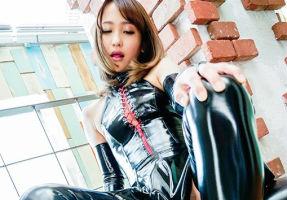 激カワ美少女がテカテカのボンテージコスプレ衣装でM男を躾ける濃密セックス!