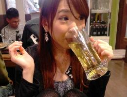 「飲むの好き!」お酒が大好きだというアル中の24歳、酔っ払うとチンポをハメたくなる模様w