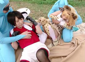 パコりパークでケダモノたちに襲われてしまうコスプレイヤーの美少女たち、4P中出し性交!
