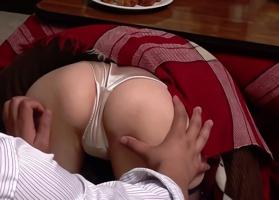 夫が近くにいてもお構いなし、こたつの下で人妻マンコを触りまくった結果・・・セックスできたっ!!