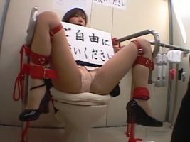 綺麗なお姉さんにクスリを使って眠らせ、公衆トイレに拘束放置してみた結果・・・