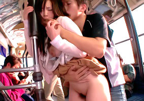 変態鬼畜男の餌食になってしまう巨乳女子校生、車内でチカンされたあとレ〇プされてしまう・・・