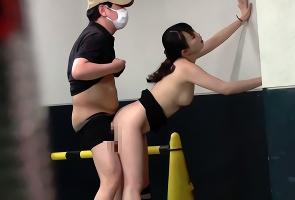 「激しく突いてぇ!」欲求不満な人妻がチカンしてきた男を誘惑、人がいないところで不倫中出しセックス!!