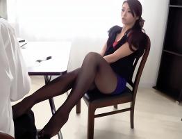 淫乱痴女OLがパンスト美脚で部下を誘惑、クリを弄りながらチンポにしゃぶりつくフェラ抜き!
