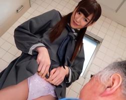 中年オヤジにパンツを見せて誘惑、トイレで援交する激カワ女子校生!