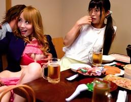 飲みの席で一緒になった地味っ子とイケイケギャルを酒で酔わせてチンポをハメる4P!