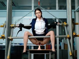鬼畜生徒の餌食になる女教師、鉄枷に身体を拘束された状態で調教される・・・
