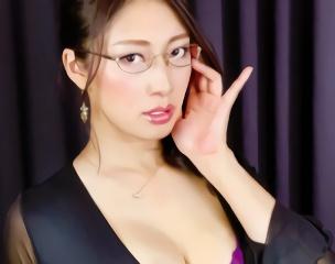 妖艶なフェロモンを放つ美熟女が淫語を連発しながら快楽を貪る生中出しセックス!
