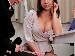 思春期で絶倫チンポの青年を誘惑する巨乳若妻、射精しても終わらないセックスで何度も絶頂する!
