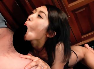 清楚な顔立ちをした若妻の本性はド変態、中年オヤジたちとベロチューしながら3P中出しセックス!