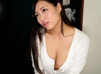 自慢の巨乳を見せつけて男を誘惑する美人妻、部屋に連れ込んでの不倫中出しセックス!