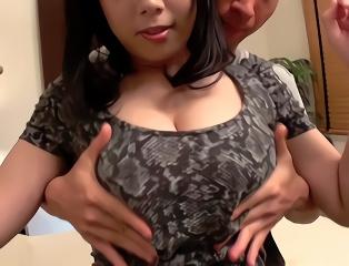 洋服の上からでもわかる大きなおっぱいを持つ美女と生ハメ中出しセックス!
