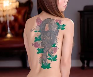 清楚なイメージの美熟女の背中には立派な刺青! バックでパコパコセックス、フィニッシュは刺青に精子ぶっかけ!