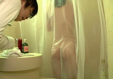 図々しく自宅へとやってきた同級生の娘の全裸を見て興奮してしまった結果・・・!!