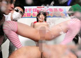 黒髪ロングヘアーの美少女がファンの男性たちの前で羞恥セックス、豪快にハメ潮をまき散らす!!