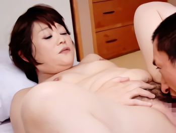 息子のセンズリを見て欲情してしまった豊満巨乳の母親(51)息子のカラダにねっとり絡みつく近親相姦中出しセックス!!