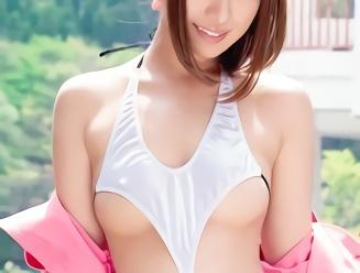 美乳スレンダーの激カワ痴女が過激な露出で男を誘惑、パコパコ野外セックス!!