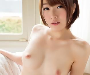 色白美乳のショートカット美少女が一心不乱にチンポにしゃぶりつき、快楽責めで絶叫アクメ!!