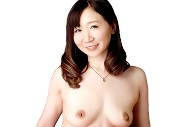 旦那が家に連れてきた若い社員の男と濃密中出しセックスを楽しむ熟女妻、寝取られセックス!