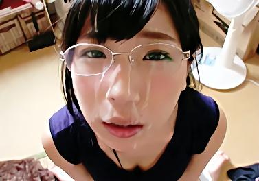 チューをするだけで濡れてしまうという眼鏡をかけたロリ系美少女のフェラチオご奉仕、最後は顔射!