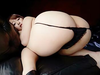 ★本物人妻★ むっちり豊満巨乳、淫乱痴女の大きな尻を鷲掴みにして肉棒をハメる濃厚3Pセックス!!