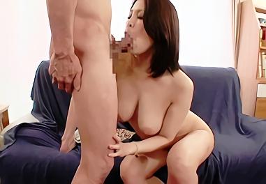 巨乳熟女(人妻)が男優のエロテクで身体をクネらせ感じまくる激ピストン不倫セックス!!