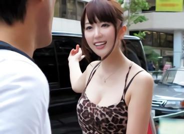 【波多野結衣】激カワ巨乳のお姉さんが街角で素人男性たちを逆ナン!自慢のエロテクを披露する乳首舐め&手コキ!!