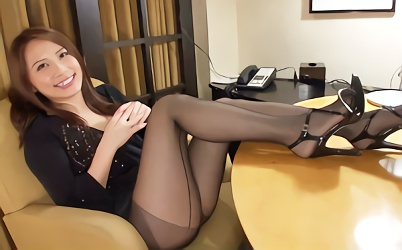 【花咲いあん】スレンダー美脚の激カワお姉さんが洋服を着たままチンポに跨り腰を振りまくる完全着衣の生中出しセックス!!