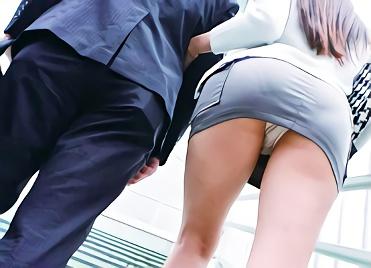 【蓮実クレア・巨尻】「夫にバレちゃう!」超絶カワイイ巨乳人妻を狙う変態男、満員バス車内でバックから突きまくる声我慢の濃密セックス!!