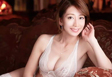 【岡村麻友子】巨乳スレンダーの淫乱美熟女がスケベランジェリー姿で男たちを誘惑!若いチンポで膣奥を突き上げられる生ハメ中出しセックス!!