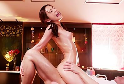 【吉高寧々】超絶カワイイ美乳スレンダー美少女に性感マッサージ、ビクビクと痙攣絶頂するオイルまみれの濃密セックス!!